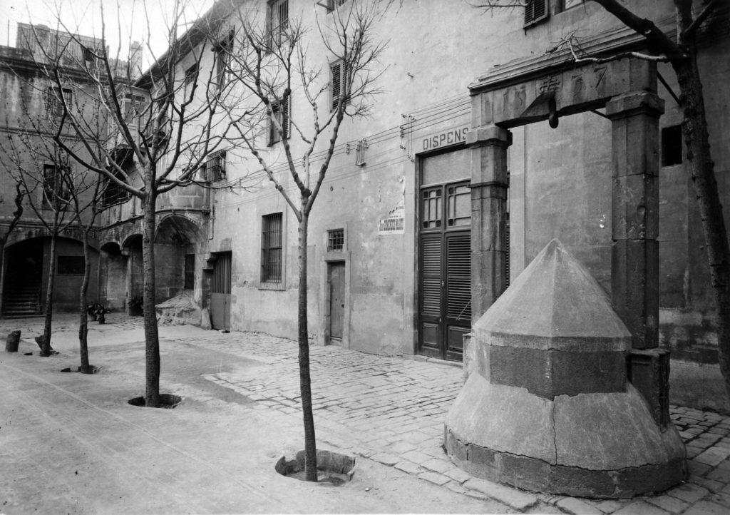 Patio-renacentista-del-Hospital-de-la-Santa-Creu-Calle-Hospital-de-Barcelona-rafc-reial-academia-farmacia-catalunya-scaled