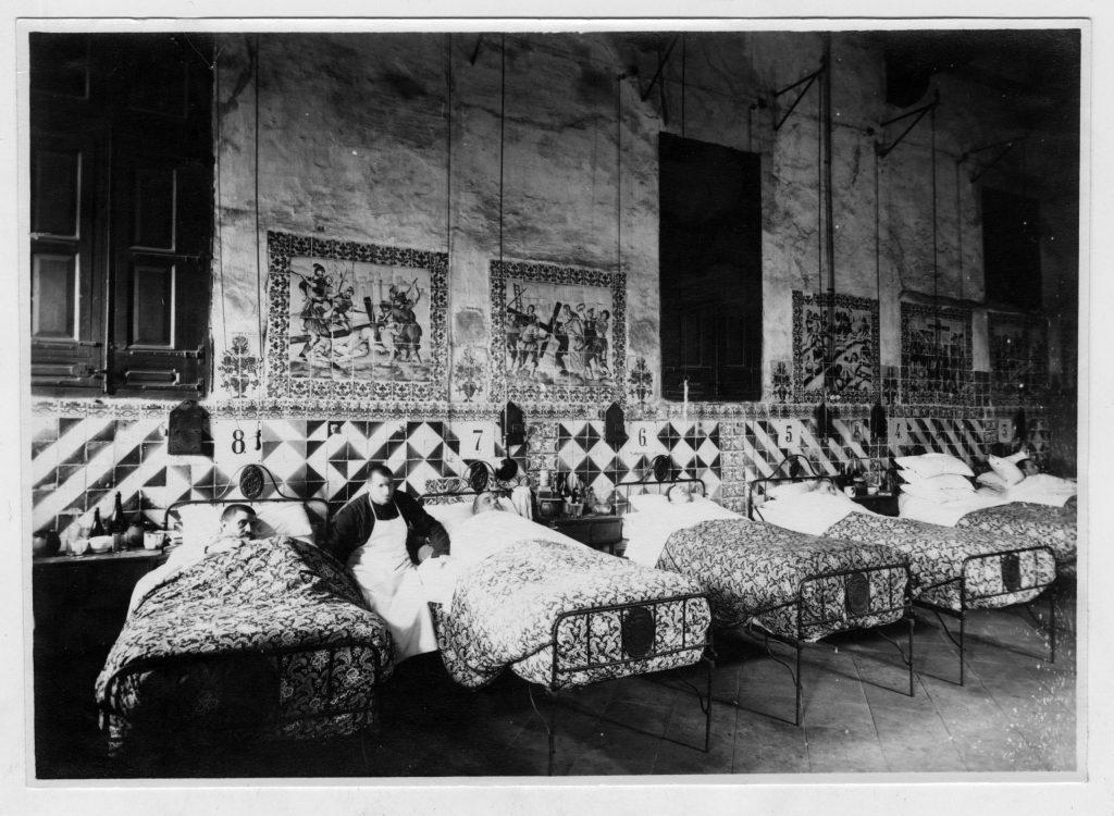 Sala-de-Santo-Tomáss-hombres-Antiguo-Hospital-de-la-Santa-Creu-rafc-scaled
