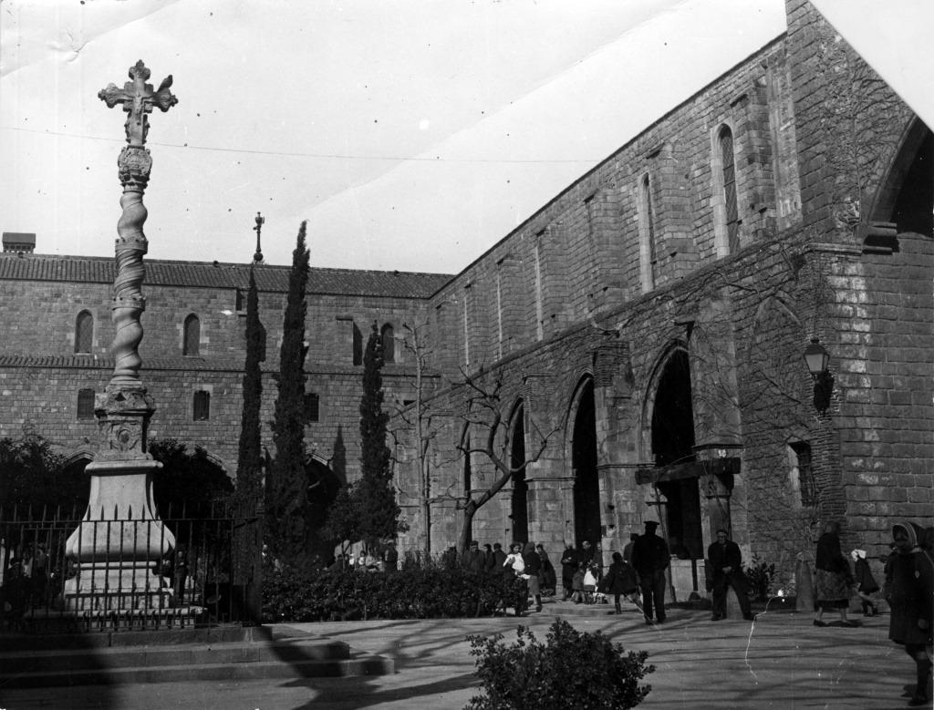 Patio gótico del Hospital de la Santa Cruz y Cruz - Calle Hospital de Barcelona