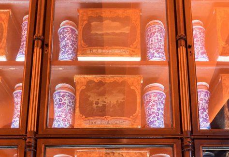 Pot de faixes i cintes del del segle XVII. Caixes per drogues vegetals, del segle XVIII.