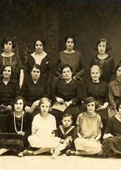 1922 Personal femení que treballava als Laboratoris de Figueres abans del trasllat d'algunes d'elles a treballar al Masnou.