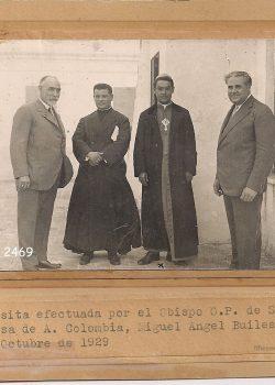 1929 Visita efectuada pel Bisbe de Santa Rosa de A. Colòmbia, Miguel Ángel Builes, amb Rafael i Carles Cusí.